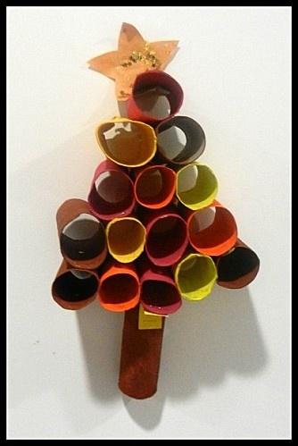 Arbre de nadal amb tubs de cartró.