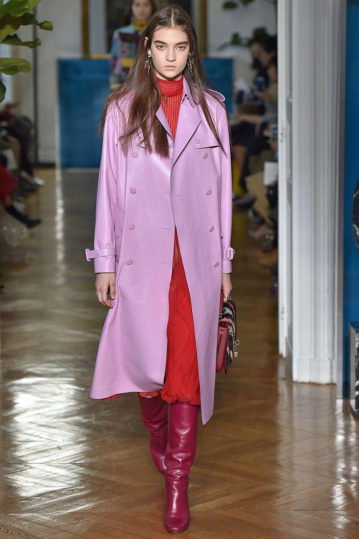 """PFW - As botas são as queridinhas do inverno, e na semana de moda de Paris, a versão """"enrugada"""" ganhou destaque em diversos desfiles. Aposte em tecidos maleáveis e com texturas ou brilhos.  A Adina traz: Camurça, Suede e Veludo Cristal.  Imagem: Valentino"""