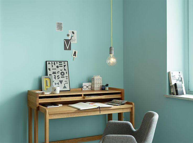 Alpina Feine Farben No. 15 – Licht der Gletscher. Durch dieses pure Wasserblau erhalten Räume eine inspirative Wirkung - ideal fürs Arbeitszimmer.