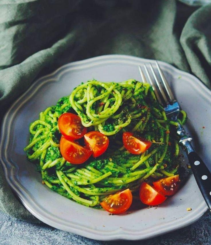 Паста с зеленым соусом   Рецепт на 2 порции. 200 гр спагетти, 2 авокадо, 100 гр шпината, 50 гр кинзы, 1 зубчик чеснока, сок 1 лимона, 6-7 помидоров черри, красный молотый перец по вкусу. Спагетти отварить согласно инструкции на упаковке. Шпинат, кинзу и очищенный авокадо смешать в блендере с лимонным соком до однородности. Соединить соус с пастой и украсить половинками черри. Посыпать перцем. Готово🌿