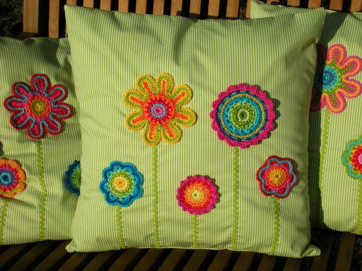 Kissen Blumenwiese  von Bunt gehäkelt von Petra auf DaWanda.com