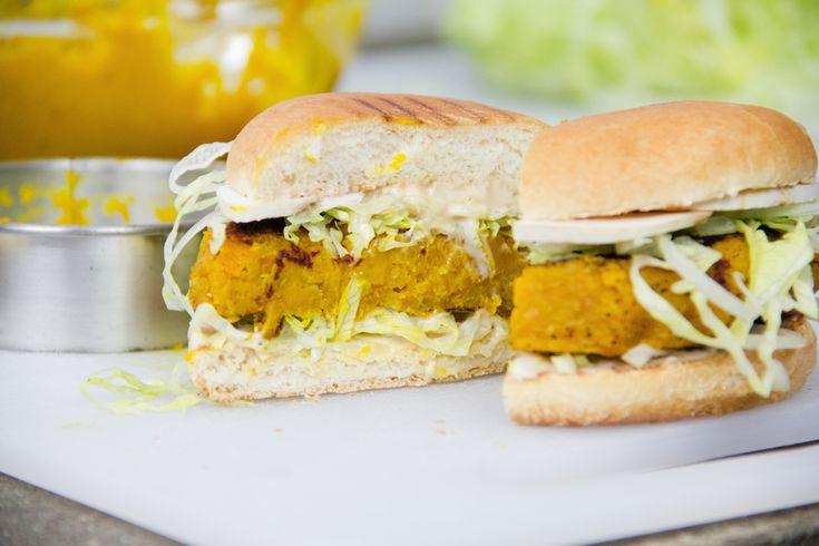 La ricetta per il Burger di zucca e curcuma è facile, veloce e vegetariana.
