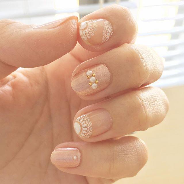 Pearl & Lace  せっかちでヨレたり、気泡入ったり…もぉ、嫌だーー!と言うわけで、敢えて塗らない。という選択σ(^_^;) 人差し指と薬指はシールのみ。  #nails #selfnail #セルフネイル #セルフネイル部 #ほぼ100均ネイル #しずくネイルシール #maxstudio #レースネイル #パールネイル
