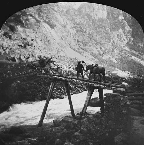 [Mann og kløvhest over bro] fra marcus.uib.no