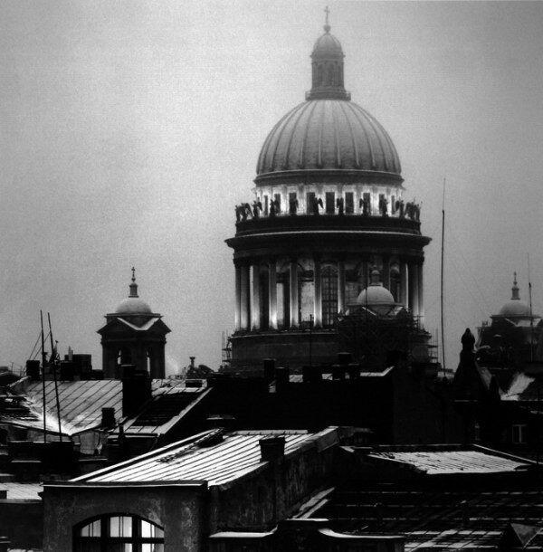 Первый снимок Санкт-Петербурга и первое дагерротипное изображение в российской истории. Его сделал подполковник путей сообщения Терёмин в 1839 году. На снимке изображена колоннада Исаакиевского собора.