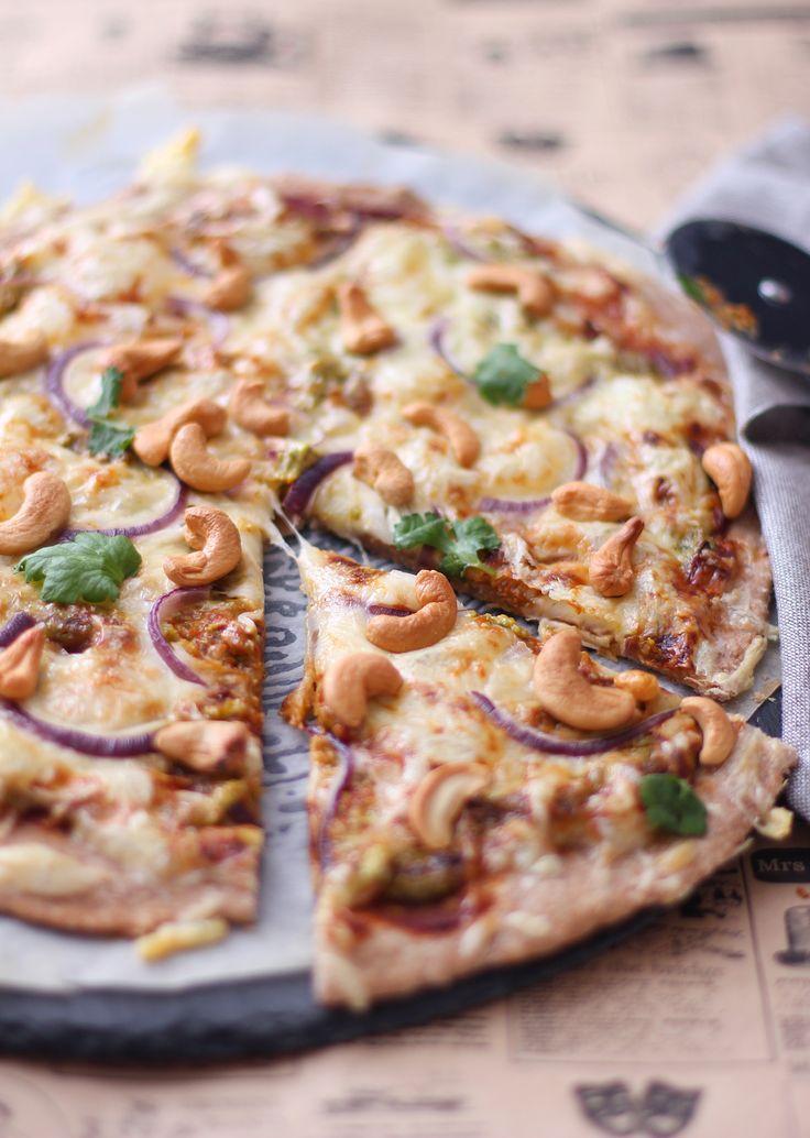 Sunn pizza med cashew | Kriweb Opskrift Recept fav | **Pizza bund: *100g havremel+100g sammalt speltmel (annen tørrvare: mos.bönor/2-3dl) *1 dl vann *3 ss smeltet smør(kvarg?) *½ ts salt *½ most vitlök+oregano | **Topping: 2 ts tomatpuré/créme fraîche  1 ts ketchup (stevia/Heinz/valfritt)  4 ts grønn pesto to never ost liten neve cashewnötter (kyckling/curry/banan/jordnötter) ¼ rödlök