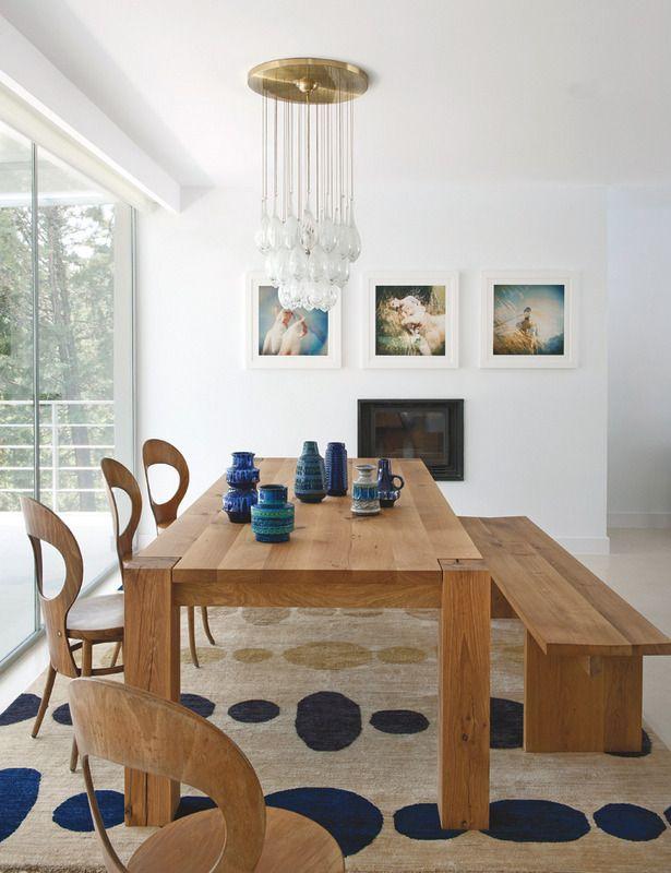 La mesa TA04 Bigfoot y el banco BE01 Calle, diseños de Philipp Mainzer para E15, nos sorprenden en el comedor por sus generosas dimensiones. Las sillas de bistro francés son de los años 40 y la lámpara de latón y cristal de Murano, de los 60. En la pared, obras de la serie Suddenly Last Summer, de Slava Mogutin.