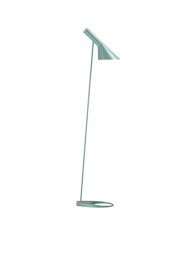 De Louis Poulsen AJ vloerlamp is gemaakt van staal, met een voet van zink. De vloerlamp heeft een voet met een lengte van 27,5 centimeter, de kap heeft een lengte van 32,5 centimeter. De hoogte is 130 centimeter en de snoerlengte is 260 centimeter. De vloerlamp is verkrijgbaar in de kleuren blauwgroen, grijs, blauw, rood, zand, wit, geel en zwart. Het snoer is zwart. Aan het snoer zit een schakelaar. De kap is kantelbaar. De vloerlamp geeft een direct en functioneel licht en is daarmee goed…