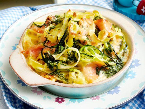 Nudelauflauf mit Lachs und Zucchini Rezept | LECKER