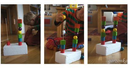 Navlékání dle vzoru. Pak jsme se vyměnili, on první a já podle něho, někdy jsem zámerně udělala chybu a hned mě opravil :-) Materiál: dřevěné korále, polystyren a špejle