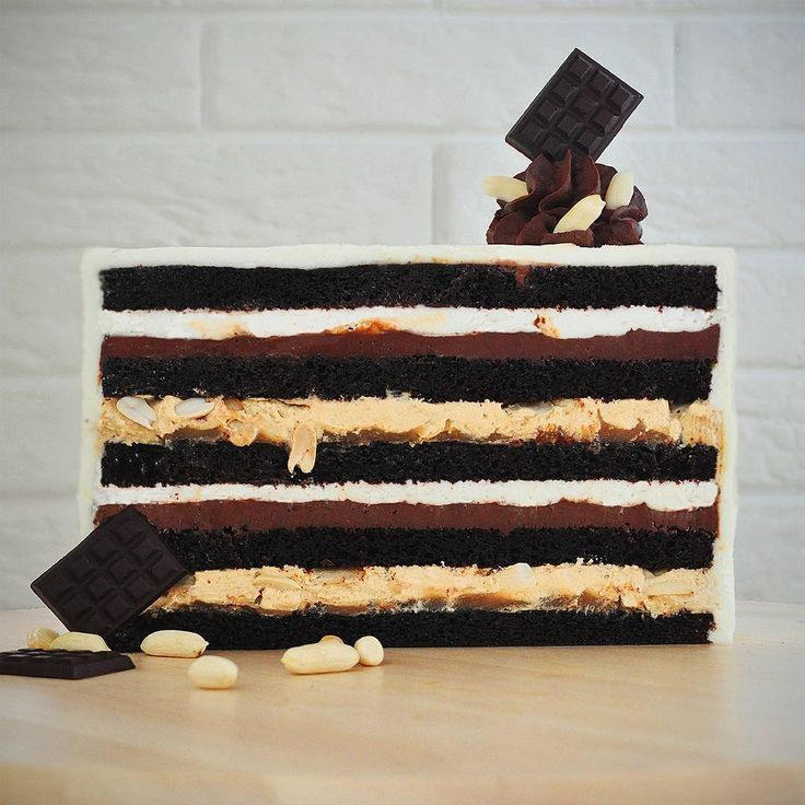"""34 отметок «Нравится», 1 комментариев — Кристина Лоншакова (@glazur.sweetart) в Instagram: « """"Сникерс"""". Очень шоколадный бисквит, пропитанный сиропом на основе коньяка, слой домашней…»"""