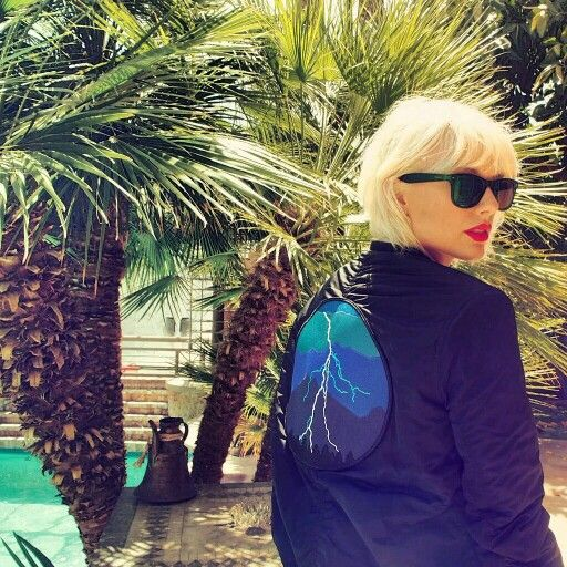 New Look!!  #taylorswift #swiftie #taylor #swift #coachella #festival #blonde #sunglasses #sun #palms #ray #blue #redlips #sexy #pool #exotic #strange #different #new #newlook #shorthair #jacket #like #look #paradise #oasis #eden #good #concert #tay #kiss #surprise #april #2016 #lips #red #newera #era #music #singer