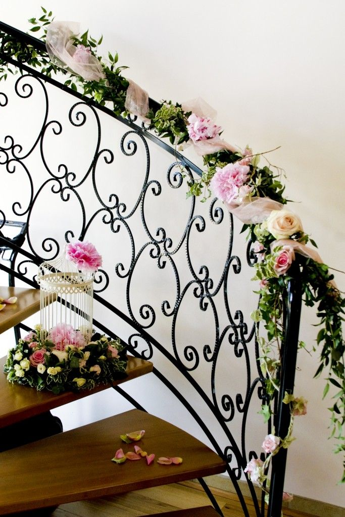 Love love love staircases and flowers together - fab u lous!