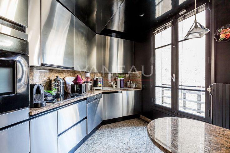 #AVendre - Paris XVIIIème - Très bel atelier d'artiste  Dans un immeuble du début du XXème siècle, aux 5ème et 6ème étages avec ascenseur, très bel atelier d'artiste composé d'un magnifique séjour d'environ 40m² avec 5,4 mètres de hauteur sous plafond, d'une cuisine séparée aménagée et équipée, d'une salle à manger, de 2 chambres, d'un salon en mezzanine avec kitchenette, de 2 salles de bains et de 3 WC. Nombreux placards. Grande verrière. Prestations de qualité (marbre, jacuzzi, aquarium…
