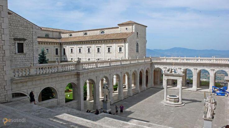 Монтекассино – #Италия #Лацио (#IT_62) Montecassino - скалистая местность к югу от Рима, где еще полторы тысячи лет назад был основан бенедиктинский монастырь, действующий и процветающий и поныне. http://ru.esosedi.org/IT/62/1000121975/montekassino/