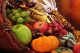 3226025-gracias-cornucopia-llena-de-otono-frutas-y-verduras[1]