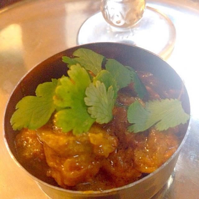 16世紀頃、ムガル帝国によって、アフガニスタンからインドのカシミールに伝えられた、北インドムグライ料理(ムガル料理)のカレー。   その後、北部から中部インドに広まったそうです。 宮廷料理のひとつ✨  ペルシャ語でローガンとは油、ジョッシュとは熱い、または情熱という意味で、調理方法も熱した油を使うことが特徴。  ラム肉カレーが食べたくってチビ〜ズも好きなので、辛味スパイス入れずに作ってみました(σ≧∀≦)σベースはヨーグルトとトマト&玉ねぎで香りスパイスをレシピより多めで仕上げました - 40件のもぐもぐ - Rogan joshローガン・ジョシュ by Ami