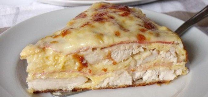 Slaný kuřecí dort se šunkou a sýrem  1 bal.kuřecí prsa (4 ks) 300 gnastrouhaný tvrdý sýr 100 gšunka 2 ksvejce 2 lžícezakysaná smetana 2 lžícehladká mouka sůl pepř koření dle chuti