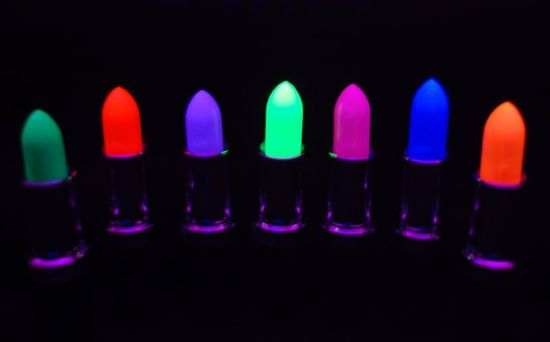 reactive-uv-lipstick-1.jpg (550×342)