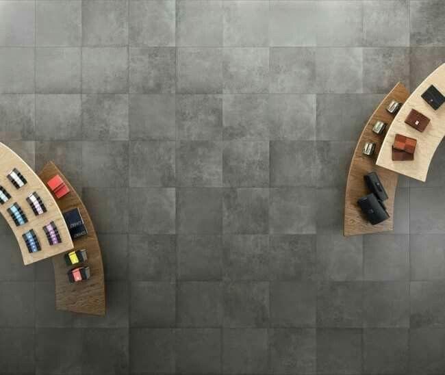 betonlook tegels in een hip interieur betontegels, betonlook tegels, kereamische betonlook tegels, grijze tegels, groot formaat tegels, modern interieur, trendy interieur, scandinavisch interieur, moderne vloertegel, groot formaat tegels
