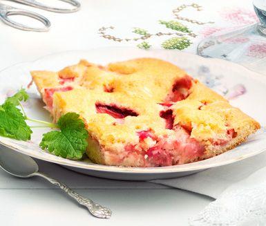 Blixtkaka med bär - ortioner:  1 långpanna 200 g smör eller margarin 3 dl strösocker 2 tsk vaniljsocker 5 ägg 4 dl vetemjöl 2 tsk bakpulver 1 dl vatten Smaksättning 500 g jordgubbar eller rabarber i småbitar