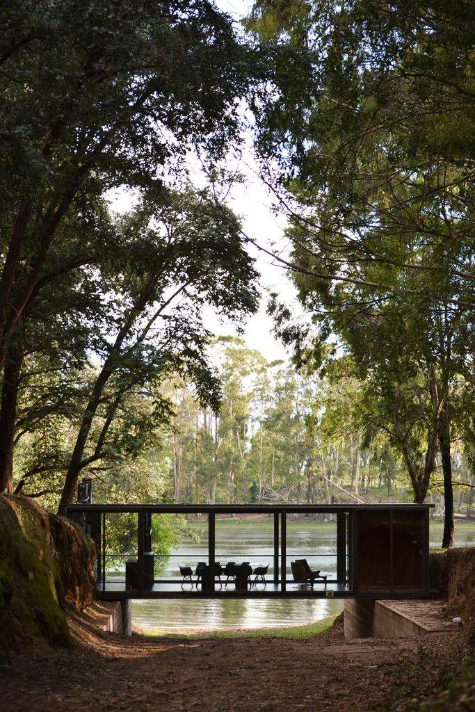 Дом с остекленными фасадами в лесу. .