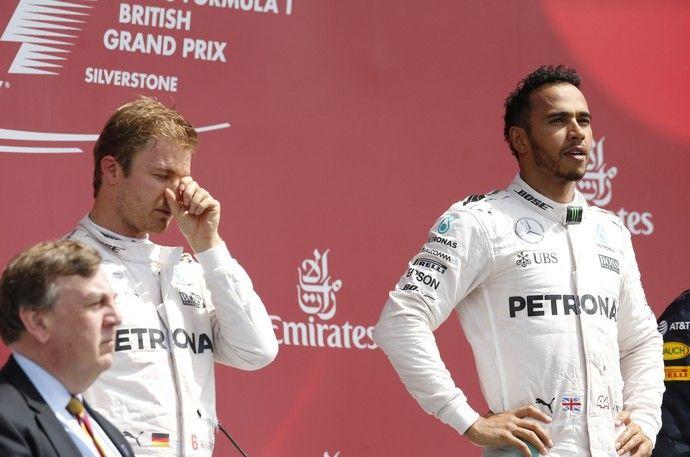 Nico Rosberg e Lewis Hamilton no pódio do GP da Inglaterra (Foto: Reuters)