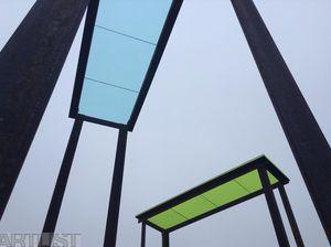 Jan Ambrůz; výška 630 cm, železo, sklo s barevnou fólií, pole nad obcí Šarovy