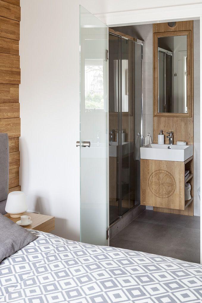 """#bathroom #łazienka #Apartament w Zakopanem. Szara łazienka  z drewnianymi meblami w zakopiańskim stylu.   #greey #wood #furniture #mirror #furniture #interiordesigner #design #interior #projektowanie #wnętrz #aranżacja #architekt  Projekt http://tryc.pl/ Foto: Marcin Czechowicz Stylizacja: Marynia Moś Publikacja: """"M jak mieszkanie"""""""