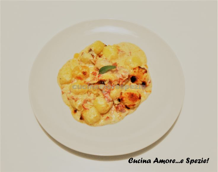 Gli gnocchi al gorgonzola e salame sono un primo piatto caldo e molto goloso. Questo piatto, è l'ideale per tutti coloro che amano i formaggi!