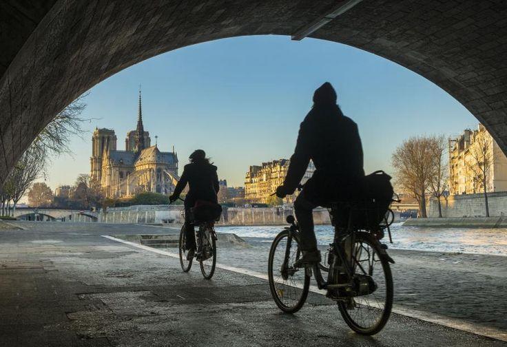 A la fois musée à ciel ouvert et lieu de vie, les rives de la Seine à Paris permettent d'explorer l'histoire de la capitale et ses évolutions au gré des nombreux ponts et monuments qui les jalonnent. GUIZIOU FRANCK / HEMIS.FR / A