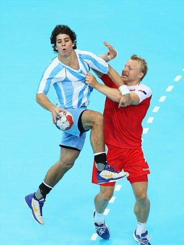 Diego Esteban Simonet of Argentina gets put under pressure in the men's Handball preliminaries.  Argentina 25 - Island 31