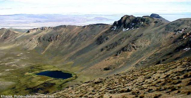 """Khapía, gran montaña muy cerca al Lago Titicaca en Puno.  Una montaña en la meseta del Collao muy cerca al Lago Titicaca, es el cerro Khapía que significa en español """"aquél hueco"""", o también denominado volcán Khapía o Apu Khapía, de carácter sagrado y mágico para los pobladores de la región y forma parte de muchos relatos míticos de la cultura aymara."""