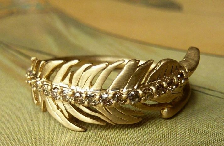 A golden feather #wedding ring, gorgeous.