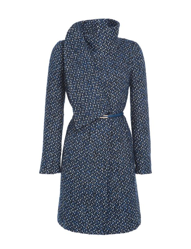 Precioso abrigo azul en tejido bouclé, con cuello con volante sobre el pecho (417 €), de Liu Jo.