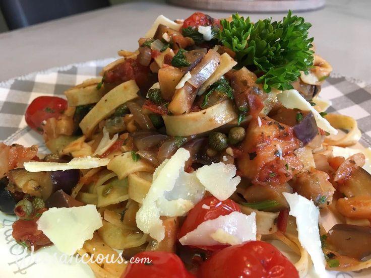 Lekkere vegetarische Pasta (tagliatelle) puttanesca met kappertjes, olijven, aubergine, kruiden en lekkere saus. Probeer deze nu!