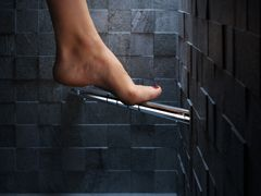 Eindelijk!! Voetensteun van Geesa-Om het eenvoudiger te maken om de voeten te verzorgen of de benen te scheren onder de douche of in het bad, ontwikkelde Geesa een comfortabele voetensteun. Het product is vervaardigd van chroom en geschikt voor plaatsing in de hoek van de betreffende ruimte. Hier biedt hij alle ondersteuning die nodig is tijdens scheren, scrubben en verzorgen van benen en voeten.   De voetensteun is voorzien van een zwart antislipprofiel dat voorkomt dat de voet wegglijdt.