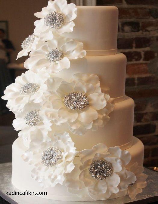 Düğün pastalarına örnek olarak çok şık taşlı simli gümüş ortalı çiçekli beyaz güllü katlı düğün pastası modeli | Kadınca Fikir