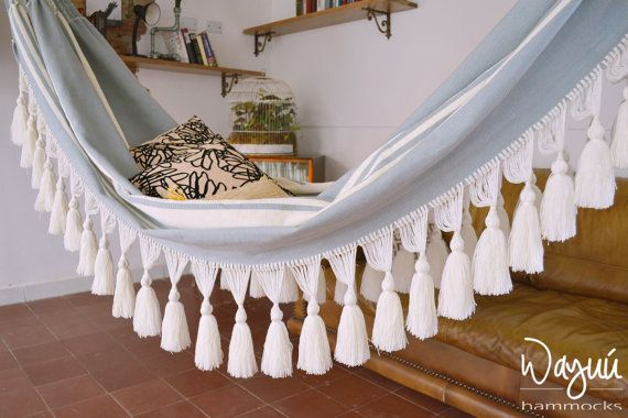 Handgemaakte hangmat, dit product is het zorgvuldig handgemaakt op een handmatige weefgetouw door vrouwen uit een stad genaamd Morroa in Colombia.  In Morroa, breien overweegt een kernwaarde, in feite, breien is geweven in hun dagelijks leven doorgegeven via de generaties.  Een stuk als dit ongeveer 3 weken over het maken neemt, is het een zinvol stuk van luxe vaartuig.  Everytime u koopt een hangmat draagt u bij aan onze Gemeenschap en ons leven.  Kwaliteit is belangrijk. Niet krijgen…