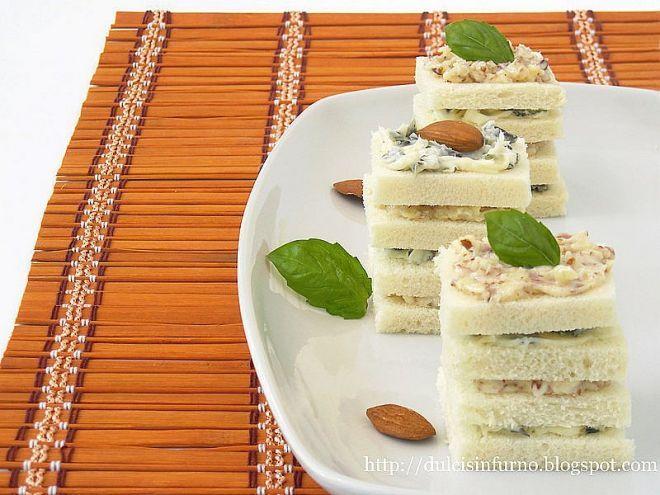 Ricetta Stuzzicherie : Tartine al basilico e mandorle da Dulcis in Furno