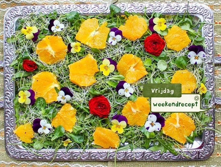 Verras iedereen aan tafel met een echte #lente #salade met eetbare #bloemen! De bloemen geven de salade een lichte frisse smaak en vooral prachtige kleursensatie. #kleur #bloem #recipe #recept #sinaasappel #roos #flower #salad