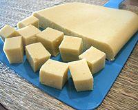 tofu de grão de bico Ingredientes 2 xícaras de farinha de grão-de-bico 6 xícaras de água 2 colheres (chá) de sal 1/2 colher de chá de açafrão-da-terra ou à gosto (opcional)