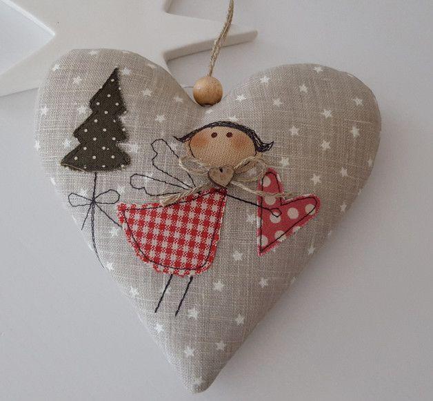 Süsses Herz aus hellgrauem Leinen mit einem applizierten Engelchen für Deine Weihnachtdeko.  Aufhängeband: Juteband mit Schleife  Größe ca. 13 x 13 cm  Material: hochwertige Leinen,- Tilda-...