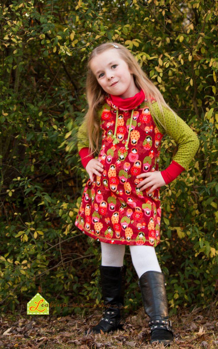 Sweatkleid mit Raglanärmeln und hohem Stehkragen. Seitlich sind runde Eingrifftaschen eingearbeitet. Das Kleid sitzt super bequem und wird von meinem kleinen Model heiß geliebt. Mittlerweile hat sie schon drei verschiedene Sweatkleider. :-)