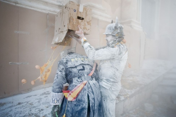 A fun festival in Spain: Els Enfarinats 8 celebrated  on Dec 28, every year in Ibi!     They gotta love the batter... ;P