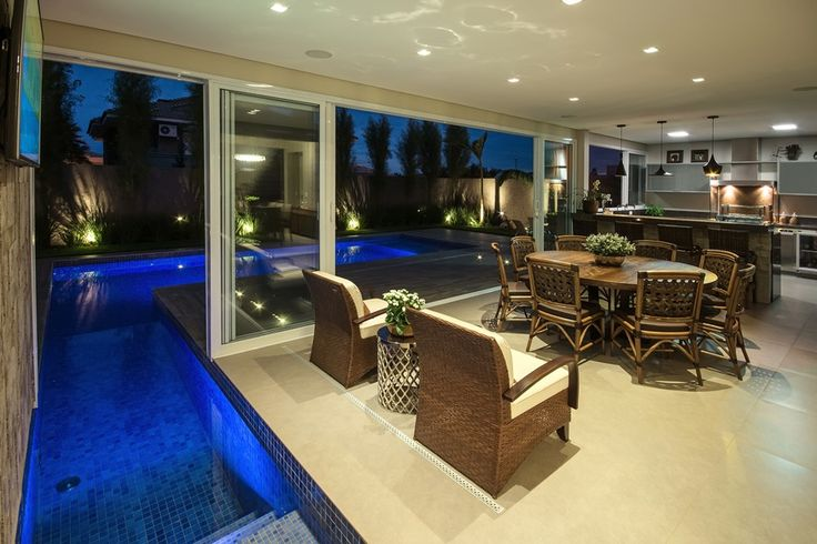 Área de lazer com piscina que adentra a área gourmet! - Decor Salteado - Blog de Decoração e Arquitetura