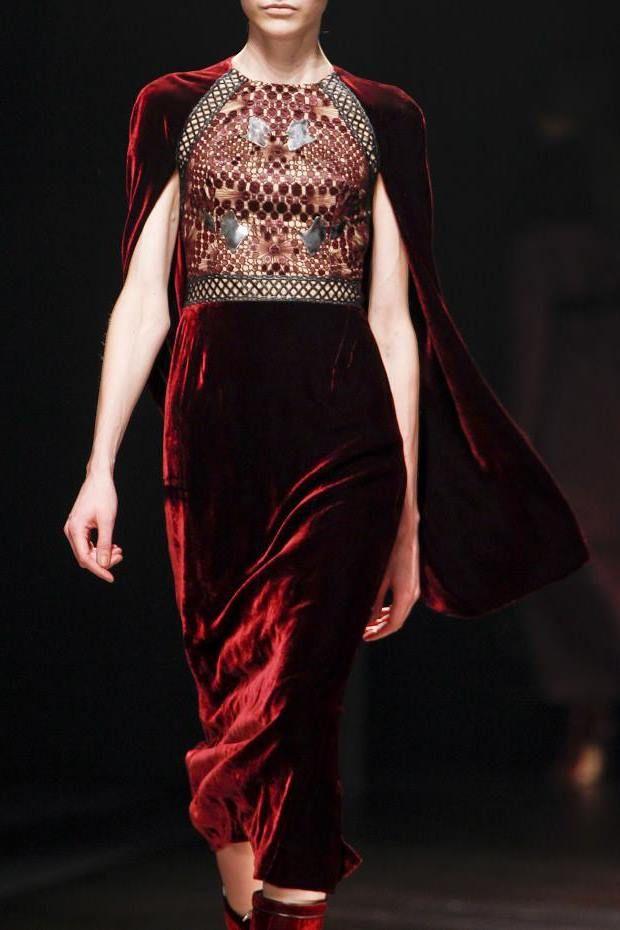 Бархатное платье - это, несомненно, наряд для особых случаев. Но некоторые модницы решаются носить его и в повседневной жизни.