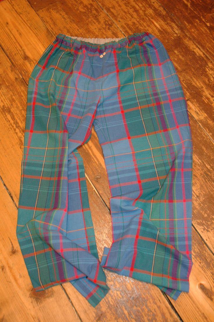 Pantalon de pyjama unisexe, à la taille élastiquée et à la fourche basse. Niveau facile si l'on possède quelques notions de couture. Tissu de poids léger à moyen. Environ 4h de la découpe du patron à l'enfilage de l'élastique.