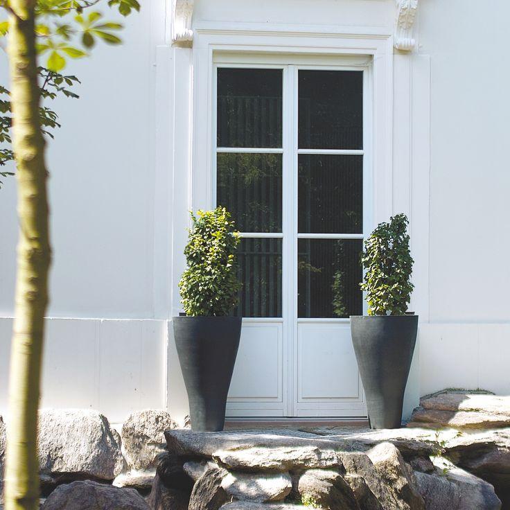 Wytrzymałe donice Conical wykonane z kompozytu bazaltowego. Materiał z którego są zrobione jest odporny na wszelkie warunki pogodowe, dzięki czemu idealnie wkomponują się do Twojego ogrodu.