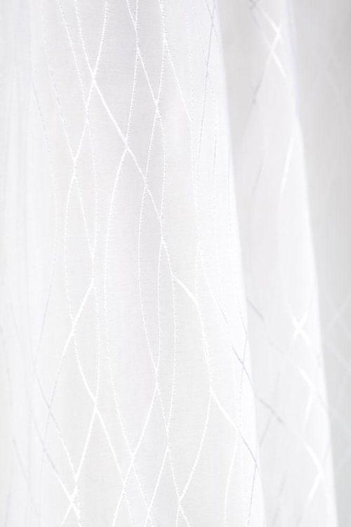 Der zeitlose Duschvorhang Milla in weiß mit dem dezenten Muster ist aus 100% Polyester, das sich wie Stoff anfühlt. Der Duschvorhang ist wasserabstoßend imprägniert und rundum gesäumt mit einem Beschwerungsband im unterem Saum, rostfreie Ösen.